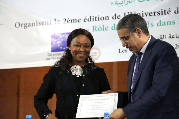 Nasseneba Touré reçoit le prix d'Excellence des mains du Ministre marocains de l'Équipement, du Transport et de la Logistique, Aziz Rebbah