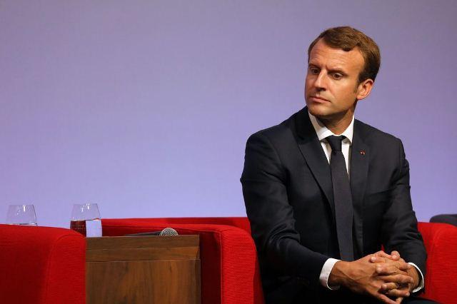 De Gaulle à Dakar le 26 août 1958, et  Macron  à Ouaga le 28 Novembre 2017 :       Même  arrogance coloniale face aux pancartes de la jeunesse africaine !