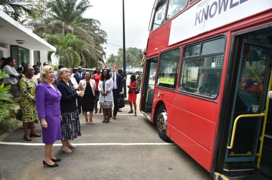 Côte d'Ivoire :   Un village anglais offre un bus à deux niveaux à la Fondation Children Of Africa