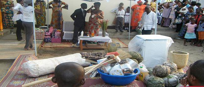 En Côte-d'Ivoire, la célébration de la dot rivalise avec le mariage civil