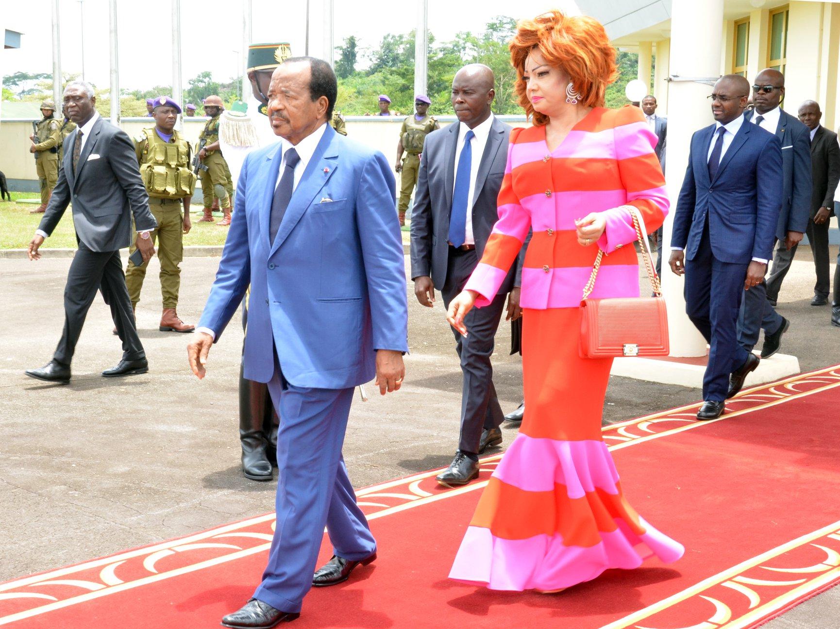 Le pays brûle, Biya se déroule le tapis rouge
