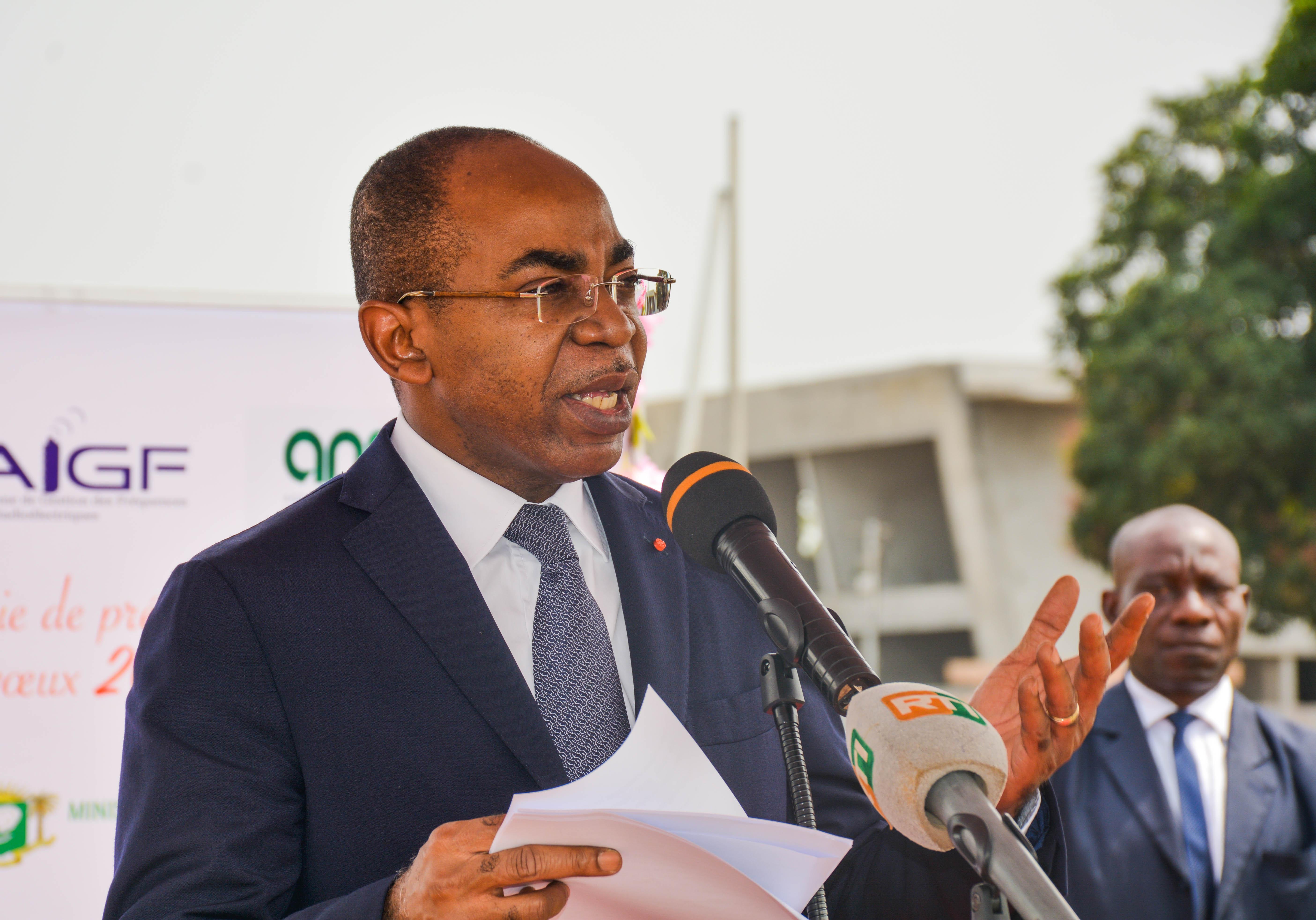 Le Ministre Claude Isaac DE salue la franche collaboration et l'esprit d'équipe de ses collaborateurs