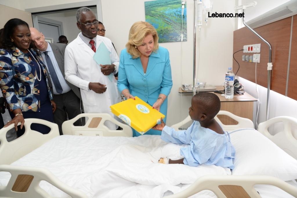 Hôpital Mère-Enfant de Bingerville :    Dominique Ouattara  visite 13 enfants pris en charge gratuitement contre la sténose caustique