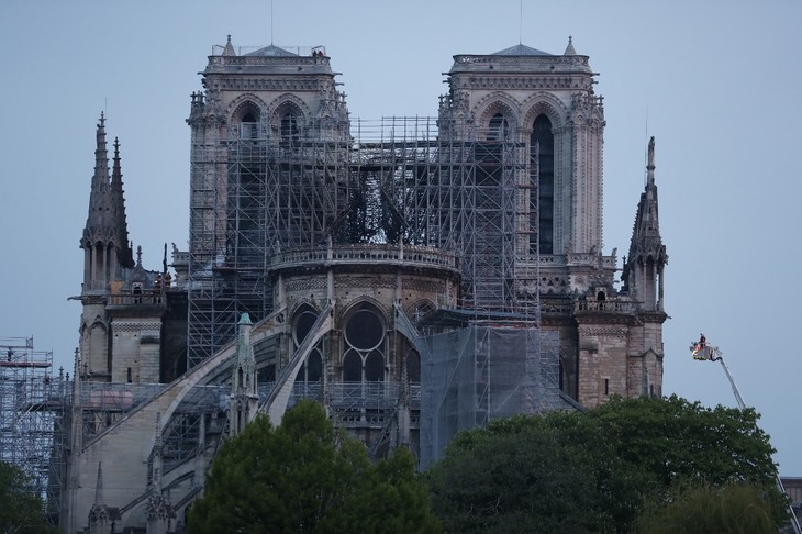 Au chevet de Notre-Dame, la prière les larmes aux yeux