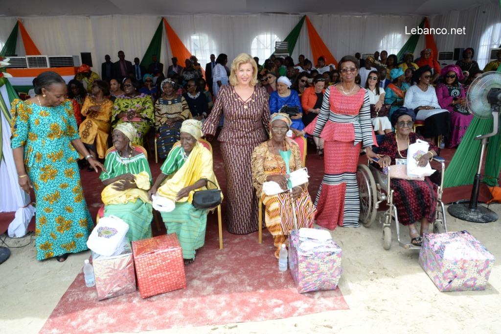 Fête des mères 2019 : Dominique Ouattara fait des dons aux femmes de Koumassi