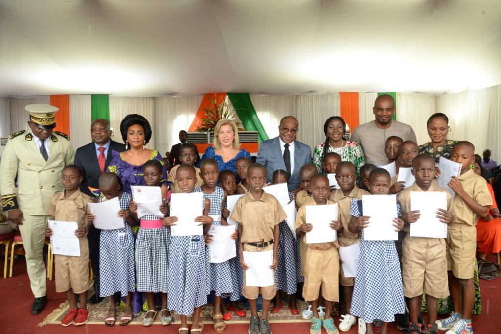 Déclaration à l'état civil  : La Première Dame préside une cérémonie de remise d'actes de naissance à 600.000 écoliers
