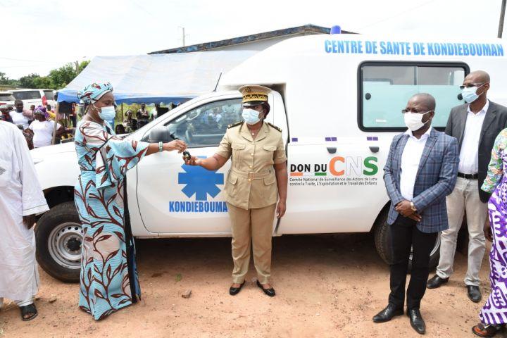 Don d'une ambulance de la Première Dame au Centre de santé rural de Kondiébouman