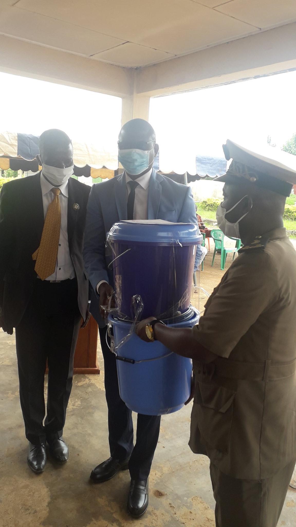 Respect des mesures barrières dans les écoles:   La mairie de Biankouma offre du matériel aux enseignants et élèves